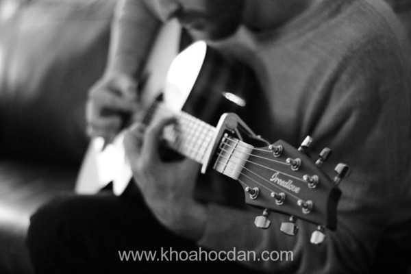 Bí quyết tự học đàn guitar nhanh tiến bộ
