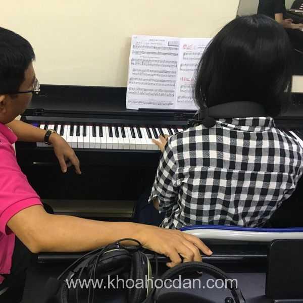 Chọn mua đàn piano cơ hay đàn piano điện cho người mới học?