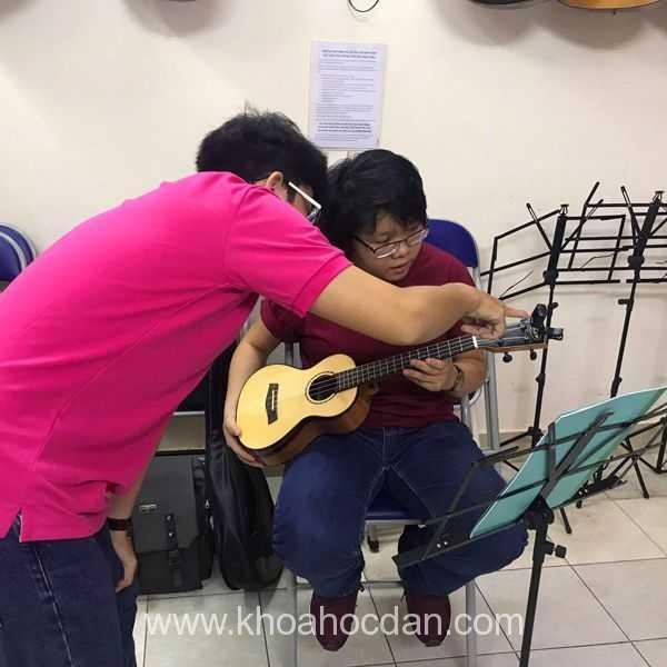 Học đàn ukulele dễ có khó không